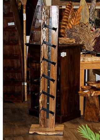 Stojan na víno, dřevořezba z recyklovaného dřeva s kovovými držáky